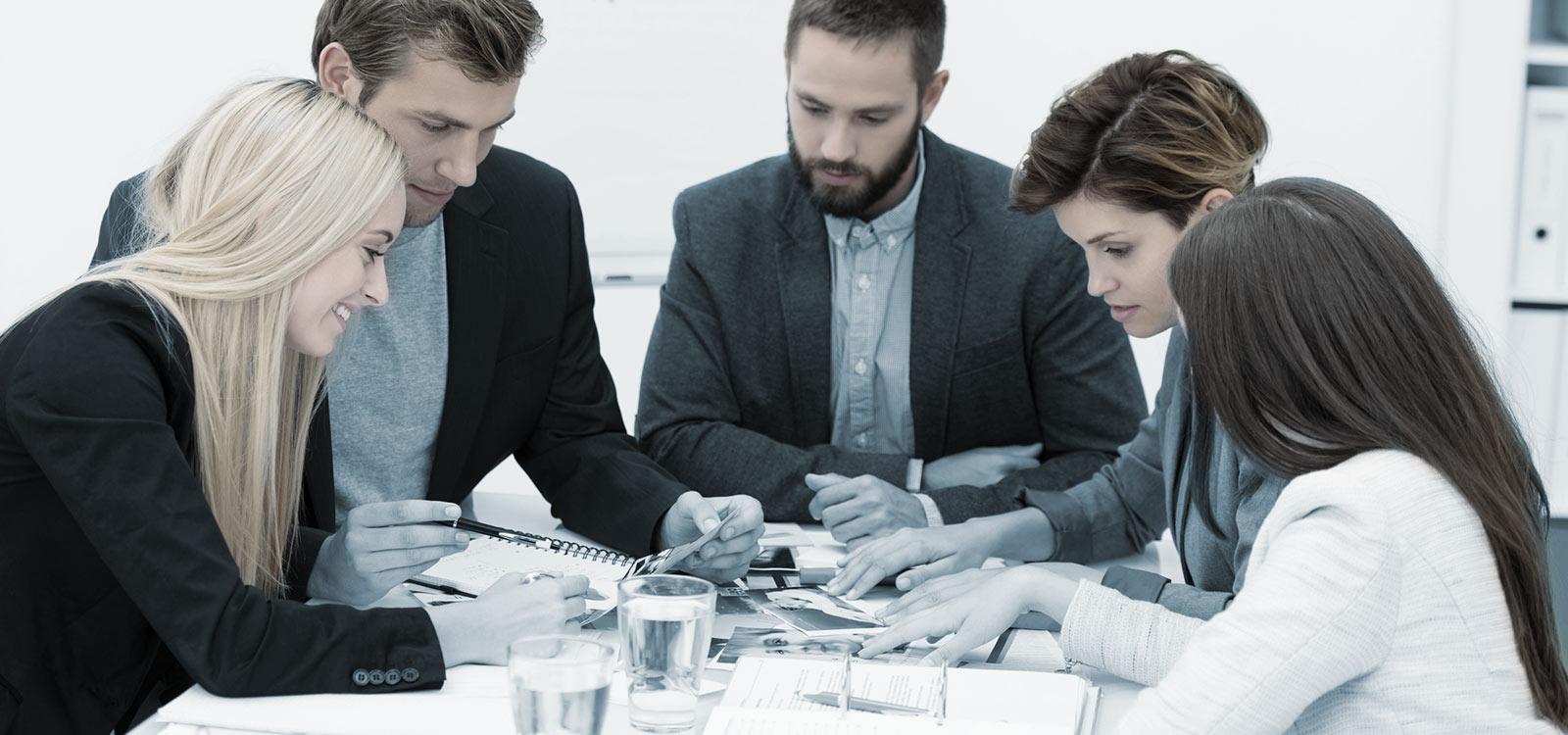 Affärsmöte vid konferensbord